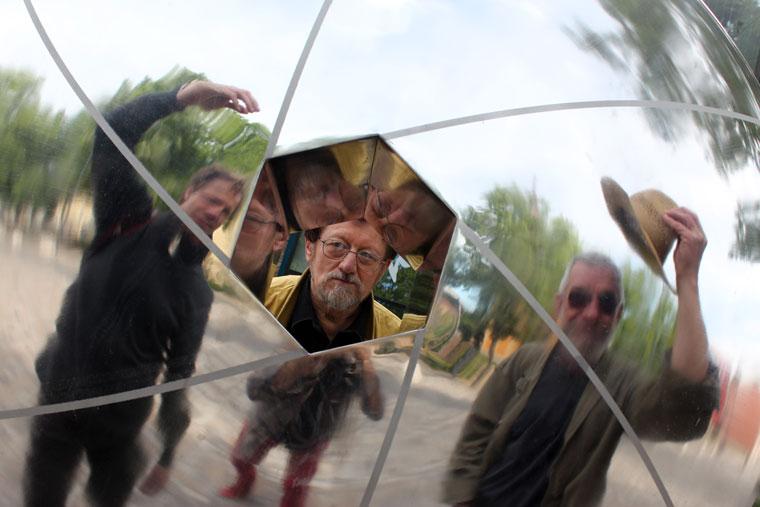 Nagy István, Dozvald János és Fekete István a szobornál, Hódmezővásárhely, 2014.05.07. (Eifert János felvétele)