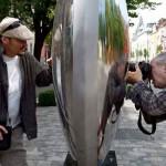 V. Nagy Nándor szobrászművészt fényképezem, saját művénél (Nagy István felétele)