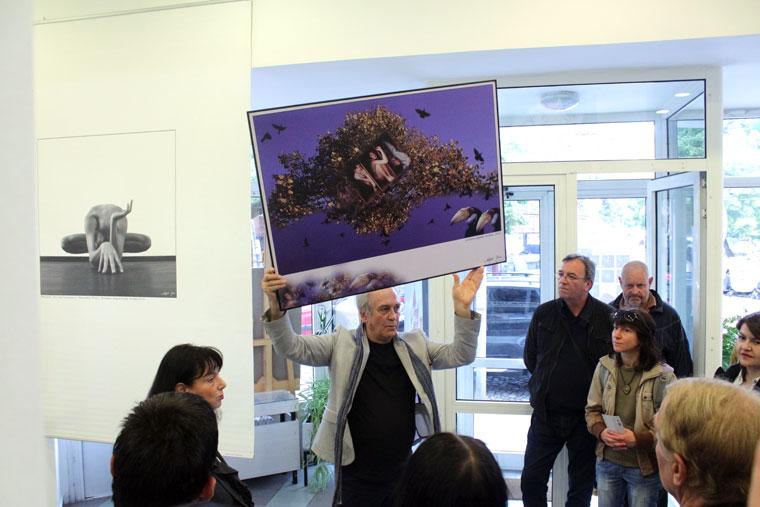 """Eifert """"tárlatvezet"""" ARS POETICA c. kiállításának megnyitóján a Szófiai Magyar Kulturális Intézetben, 2014.06.03."""