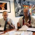 Dr. Nagy Imre igazgató és Eifert János adományozó aláírják az ajándékozási szerződést (Dömötör Mihály felvétele) 2014.08.13.