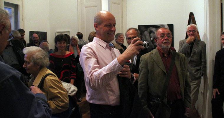 Fény Galéria, Szeretet c. kiállítás megnyitóján Szeklencei Tamás fényképez (Eifert János felvétele)