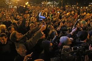 A HírTV stábját szorongatják: Elég a hazudozásból! HírTV - szar TV! (Photo. Eifert János)