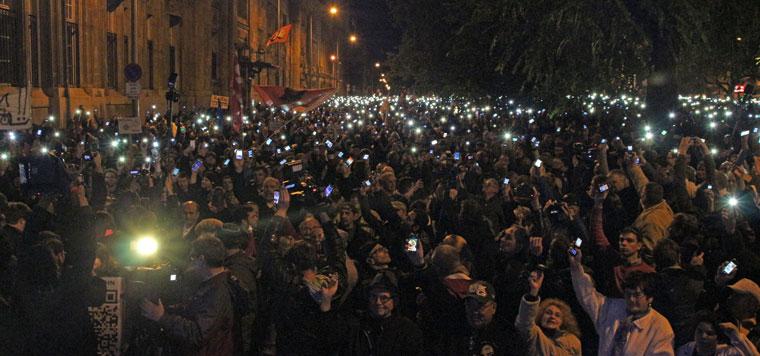 Tüntetők az Erzsébet-hídon, mobiljaik világítanak, 2014.10.28. (Photo: Eifert János)