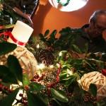 2014.12.25.-Papa-ajándékait-bontogatja (Walters Lili felvétele)