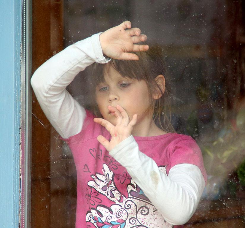 Kislány-ablak-mögött, Valkonya, 2015.04.18. (Eifert János felvétele)