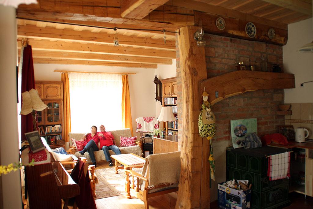 Pápai Saci és Magyar Emil otthonukban, Valkonya, 2015.04.18. (Eifert János felvétele)