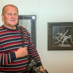 2015.11.06.-Gyertyánági-István-kiállított-képével_Török-Tibor-felvétele