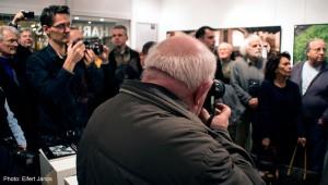 2015.11.30. Artphoto Galéria, Juhos Nándor fényképez Haris László kiállításának megnyitóján (Eifert János felvétele)