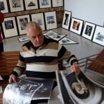 2015.10.02.-Hollós-Laci-a-TJ-Múzeumban-Eifert-képeket-nézeget  (Eifert János felvétele)