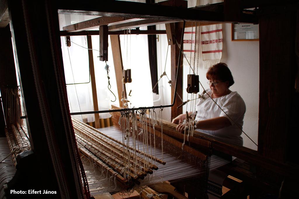 2016.02.01.-Hácskó Imréné 150 éves szövőszékén dolgozik (Eifert János felvétele)