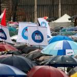 2016.02.13.-Kossuth-téri-tüntetők-esőben (Eifert János felvétele)
