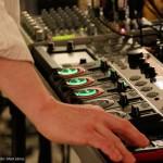 2016.02.27.-Oli-Mayne-játszik-elektronikus-kütyüjén  (Eifert János felvétele)