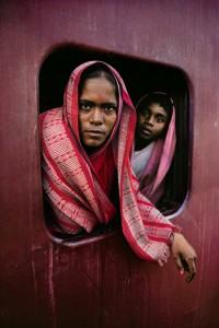 Steve McCurry_Indiai asszonyok, vonatablakban