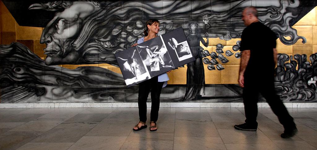 2016.06.17. Győri Nemzeti Színház, Eifert János GEOMETRIA c. kiállításának rendezése. Olasz Ági és Eifert János a színház előcsarnokában, Szász Endre mű előtt