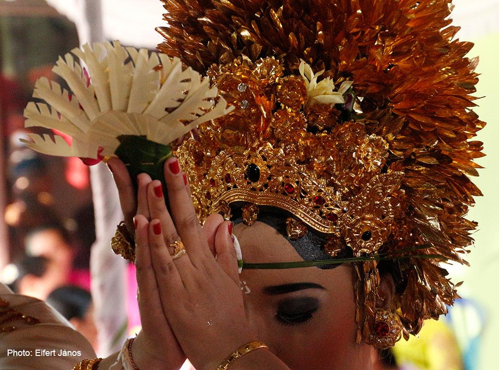 2016.07.15.-Balinéz-esküvő-a-menyasszony-imádkozik (Photo: Eifert János)