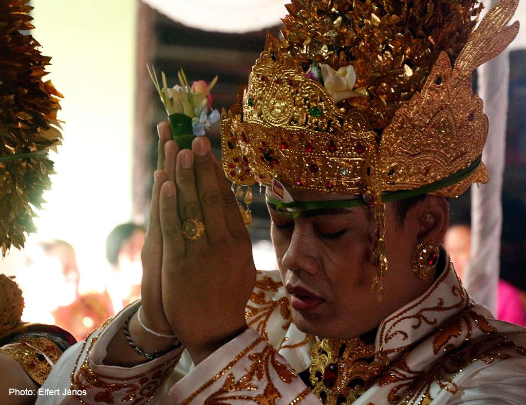 2016.07.15.-Balinéz-esküvő-a-vőlegény-imádkozik (Photo: Eifert János)