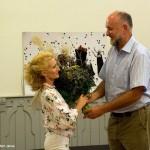 2016.09.06.-ERőMŰVHÁZ-Csorba-Károly-virágcsokrot-ad-át-Lőrinc-Katinak (Eifert János felvétele)