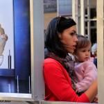 2016.09.23.-Anya-gyermekével-a-Madách-téri-kiállításon (Eifert János felvétele)