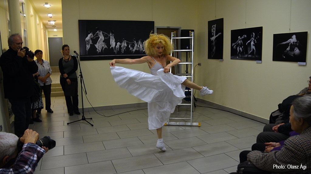 2016.10.12.-Keleti-Éva-kiáll.megnyitón-Lőrinc-Kati-táncol (Olasz Ági felvétele)