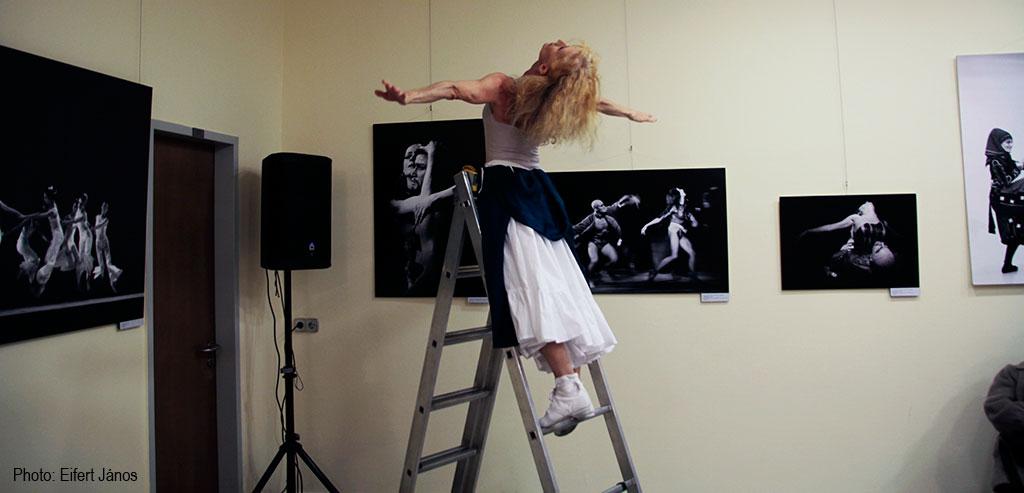 2016.10.12.-Lőrinc-Kati-létrán-táncol-keleti-Éva-kiállításmegnyitóján (Eifert János felvétele)