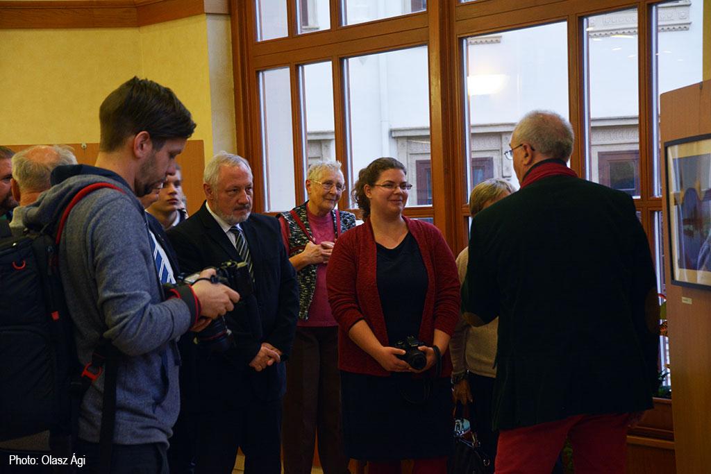 2016.10.19.-Sopron-Eifert-Kompár-Julianna-képét-értékeli_Olasz-Ági-felvétele