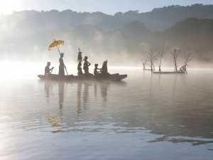 Eifert János: Hajnali szertartás / Ceremony in the Lake (Bali, 2016)