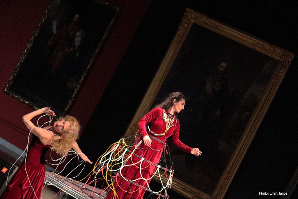 2016.12.12.-Műcsarnok-Mérgezett-almák-elektroakusztikus-opera-dell'arte-Lőrinc-Kati-és-Carmen-Vasile (Eifert János felvétele)