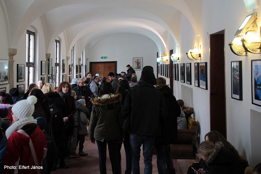 2017.02.03.-Sárvár-Folyosó-galéria-látogatókkal (Eifert János felvétele)
