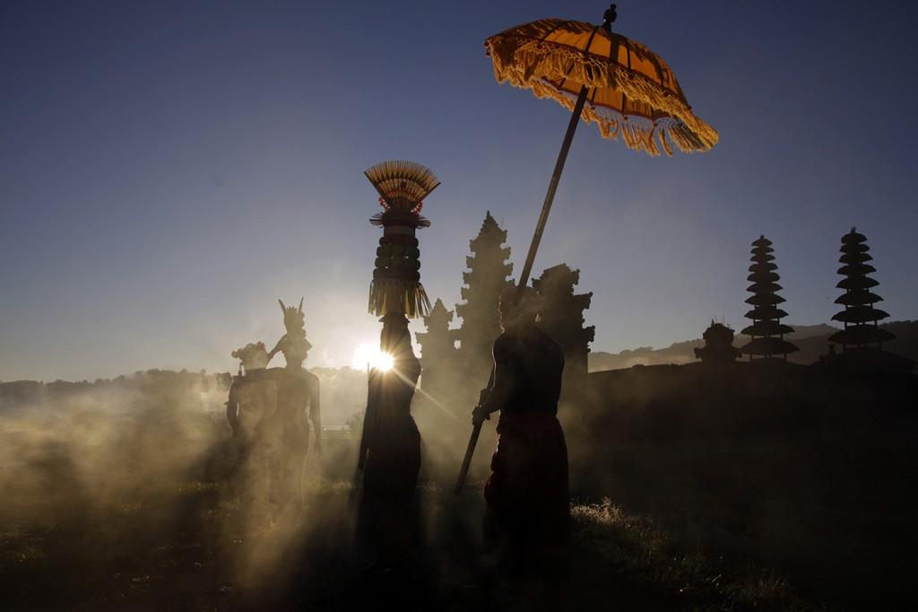 Eifert János: Szertartás a Tamblingan tó partján / Ceremony at Tamblingan See (Bali, 2016.07.06.)