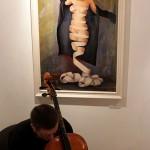 2017.03.10.-Csató-Tamás-kiállításán-Zenész-a-kép-előtt (Eifert János felvétele)