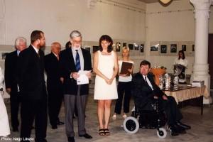 2000.04.29.-Szolnok,-MONFODI-nemzetk.kiáll.-FIAP-képviselője-köszönt_Nagy-László-felvétele