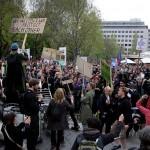 2017.04.15.-Kossuth-téri-Tüntetők-táblákkal (Eifert János felvétele)