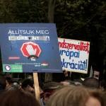 2017.04.15.-Kossuth-téri-tüntetés egyik felirata: Állítsuk meg Orbánt! (Eifert János felvétele)