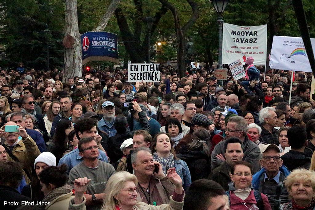 2017.04.15.-Kossuth-téri-tüntetés egyik tábláján: Én-itt-élni-szeretnék! (Eifert János felvétele)