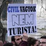 2017.04.15.-Kossuth-téri-tüntetés egyik felirata: Civil vagyok, nem turista! (Eifert János felvétele)