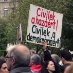 2017.04.15.-Kossuth-téri-tüntetés egyik felirata: Civilek a hazáért! Civilek a demokráciáért! (Eifert János felvétele)