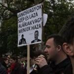 2017.04.15.-Kossuth-téri-tüntetés egyik tábláján: János vagyok szép és laza, aláírjak vagy menjek haza (Eifert János felvétele)