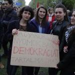 2017.04.15.-Kossuth-téri-tüntetésen tábla: Magyarország-nyomokban-demokráciát-tartalmazhat (Eifert János felvétele)