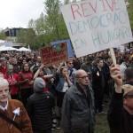 2017.04.15.-Kossuth-téri-tüntetés egyik tábláján: Revive democracy in Hungary (Eifert János felvétele)