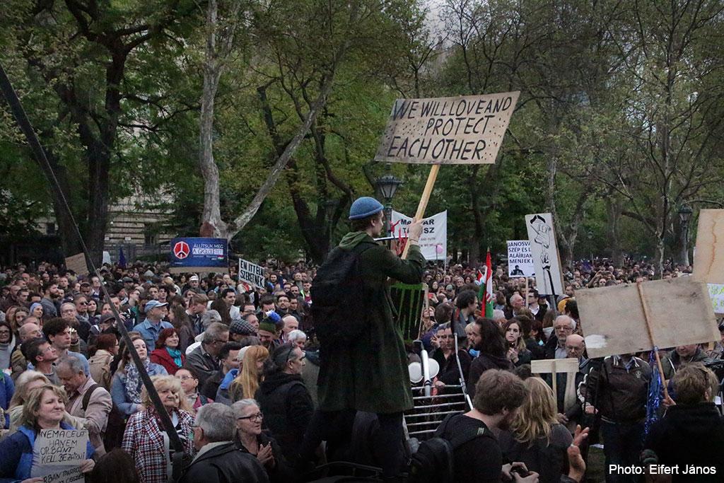 2017.04.15.-Kossuth-téri-tüntetésen az egyik tábla szövege: We-will-Love-and-Protect-each-other (Eifert János felvétele)