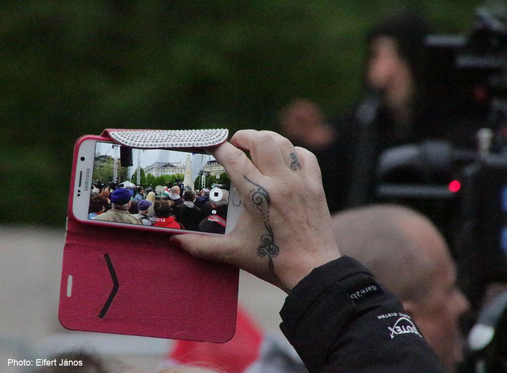 2017.04.15.-Kossuth-téri-tüntetésen-mobillal-fényképező (Eifert János felvétele)