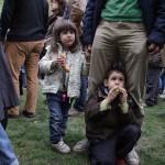 """2017.04.15.-Kossuth-téri tüntetésen gyerekek szüleik """"lábainál"""" (Eifert János felvétele)"""