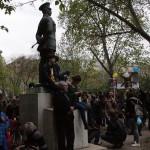 2017.04.15.-Kossuth-téri tüntetők az egyik amerikai tábornok szobornál (Eifert János felvétele)
