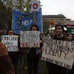 2017.04.15.-Kossuth-téri-tüntetők-különféle-táblákkal (Eifert János felvétele)
