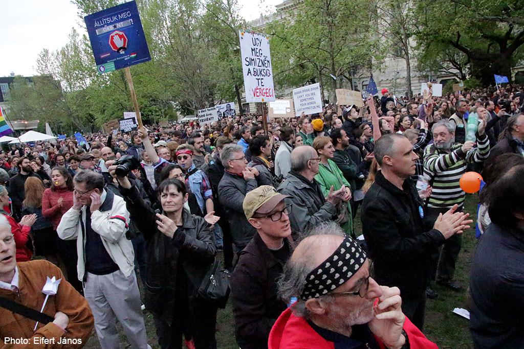 2017.04.15.-Kossuth-téri-tüntetők (Eifert János felvétele)