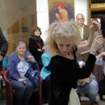 2017.05.05.-Aranytíz-Átrium-Galéria-Lőrinc-Kati-táncol-Eifert-képek-előtt-04