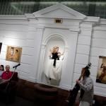 2017.05.05.-Aranytíz-Átrium-Galéria-Lőrinc-Kati-táncol-Eifert-képek-előtt-07