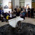 2017.05.05.-Aranytíz-Átrium-Galéria-Lőrinc-Kati-táncol-képek-előtt-05