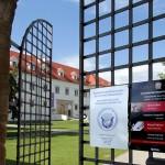 2017.05.13.-Grad-Negova-bejárati-kapu-Kiállítási-lakátokkal (Eifert János felvétele)