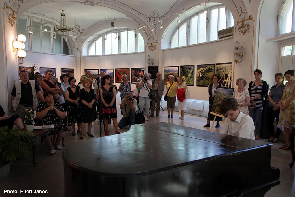 2017.06.01.-Stefánia-Galéria-Székelyföld-madártávlatból-kiállításmegnyitón-Bekker-Dávid-zongorázik  (Eifert János felvétele)